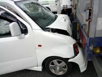 追突事故後の自動車